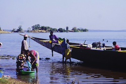 Boat on the reservoir at Mali's Sélingué dam. Credit: Olivier Epron/Wikicommons