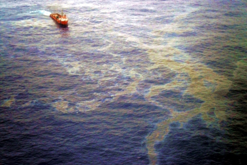 Oil slick off coast of the state of Río de Janeiro. Credit: Agência Brasil (CC BY 3.0)