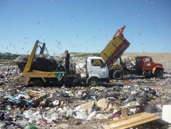 Trucks unloading trash at the Felipe Cardoso Final Waste Disposal Site, Montevideo. Credit: Inés Acosta/IPS