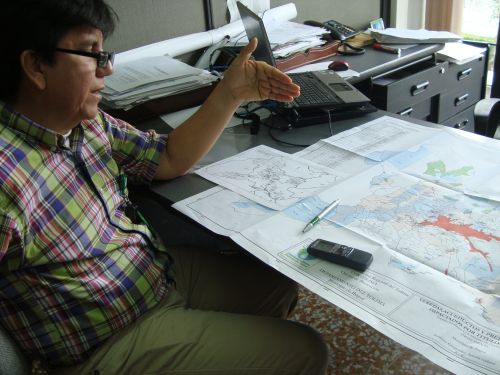 Engineer Fernando Mauricio Castro illustrates the regional impact of mining using a map of Tolima. Credit: Helda Martínez/IPS