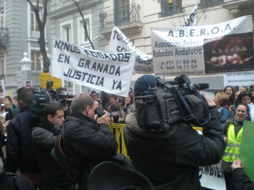 Victims of baby theft ring protest outside of Spain's prosecution service in Madrid. Credit: Asociación Bebés Robados de Andalucía