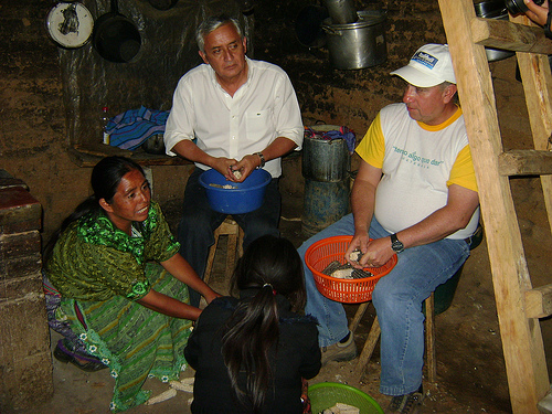 Guatemalan President Otto Pérez Molina (centre) was the guest of poor families in Quetzaltenango.  Credit: Courtesy of the Secretariat for Food and Nutritional Security