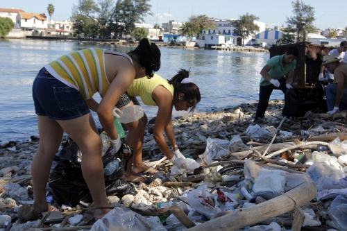 Twitterers take time to clean up the Almendares river in Havana.  Credit: Jorge Luis Baños/IPS