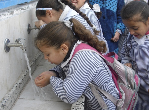 Girls at Al-Shati Co-ed Elementary School, Gaza line up to drink from a water purification and desalination unit . Credit: Mohammed Majdalawi, Middle East Children's Alliance/ CC by 2.0