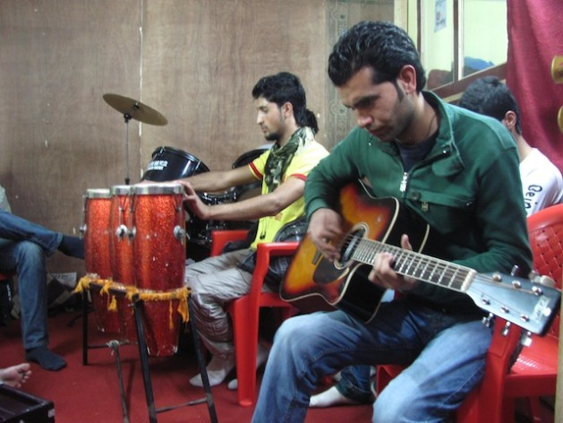 Rehearsing at Rafiq's Music Academy in Srinagar. Credit: Athar Parvaiz/IPS.