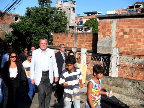 UNODC Executive Director Yury Fedotov on a visit to the Pavão-Pavãozinho favela in Rio de Janeiro. Credit: Fabíola Ortiz/IPS