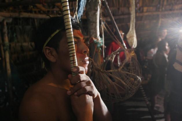 A Huaorani man holding a hunting spear in a tourist lodge in Tigüino, a community in Yasuní National Park in Ecuador's Amazon region. Credit: Eduardo Valenzuela/IPS