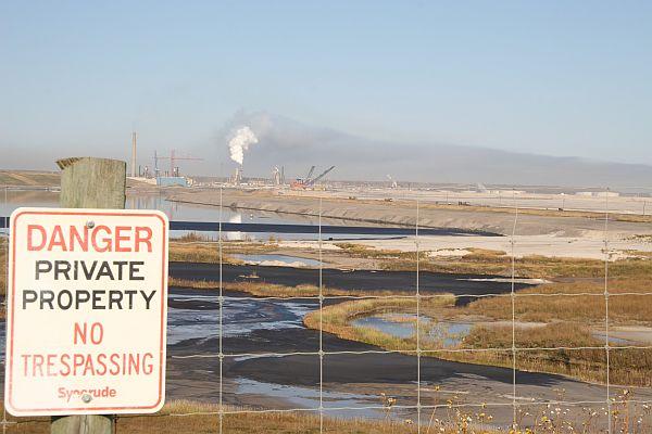 Mining tar sands oil at Fort McMurray in Alberta, Canada. Credit: Chris Arsenault/IPS