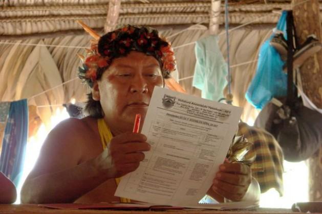 Davi Kopenawa at an assembly of the the Hutukara Associação Yanomami . Credit: Courtesy Luciano Padrã/Cafod