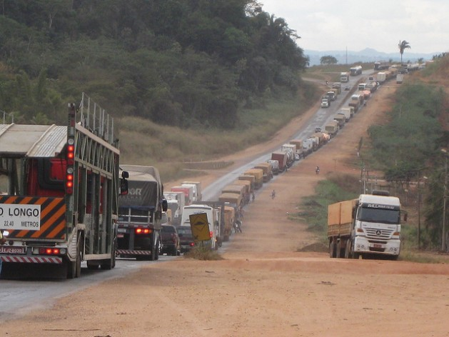 A traffic jam in Jaciara, Brazil, caused by repairs to the BR-364 road. Credit: Mario Osava/IPS
