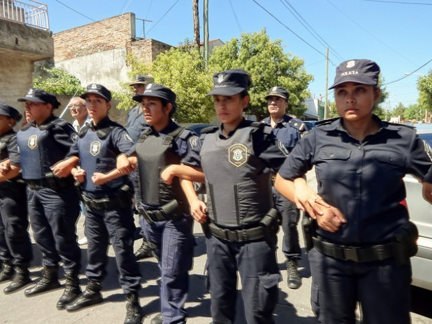 It is now common to see women police officers in Argentina, even in crowd control during protests, such as this police cordon in a neighbourhood on the outskirts of Buenos Aires. Credit: Fabiana Frayssinet/IPS