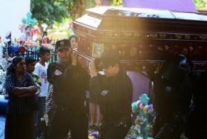 The funeral of Justo Germán Gil, a member of the police Maintaining Order Unit killed by gang members in the town of San Juan Opico in eastern El Salvador on Jan. 10, 2015. Credit: Vladimir Girón/IPS