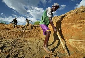 Artisanal diamond miners at work in the alluvial diamond mines around the eastern town of Koidu, Sierra Leone. Credit: Tommy Trenchard/IPS