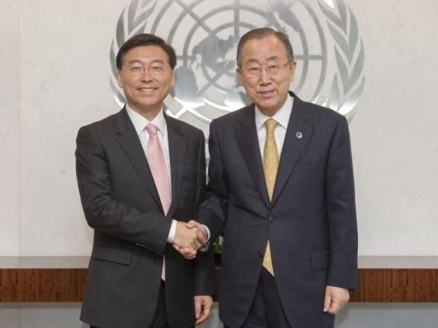 Secretary-General Ban Ki-moon (right) and Amb. Choong-hee Han. Credit UN Photo/ Mark Garten