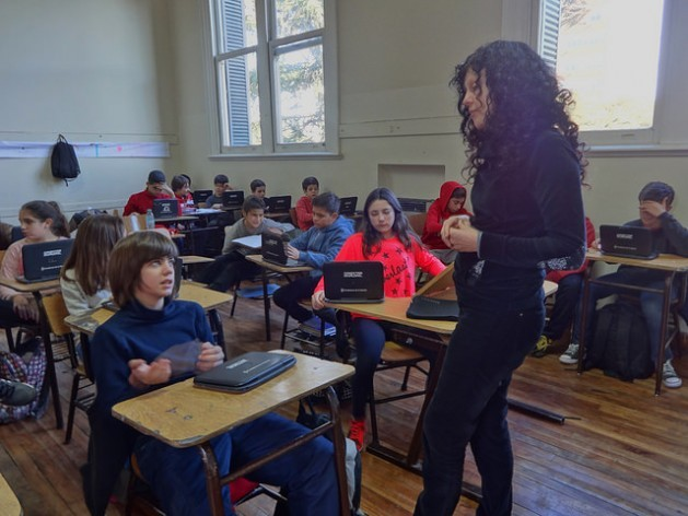 Graciela Fernández Troiano teaching a visual skills class at the Colegio Nacional Rafael Hernández , the public high school where she works in the city of La Plata, in Argentina. The learning process has been transformed in the country's public schools thanks to the distribution of laptops to all students, under the government's Conectar Igualdad programme. Credit: Fabiana Frayssinet/IPS