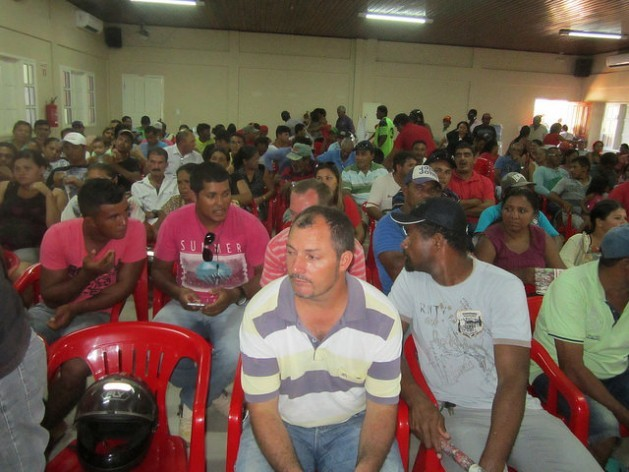 People from a fishing community on the Banks of the Xingú River in the Brazilian Amazon, at one of the meetings on the local impacts of the construction of the giant Belo Monte hydropower dam, held at the behest of the public prosecutor's office. Credit: Mario Osava/IPS