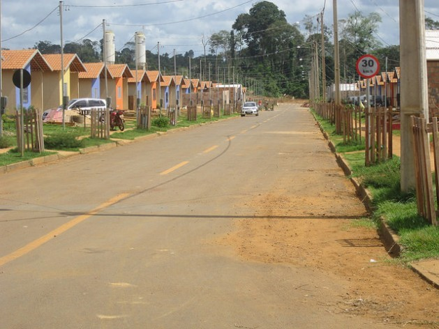 A street in the Jatobá neighbourhood, the first of the five settlements built by the company Norte Energía to resettle families displaced from the city of Altamira by the Belo Monte hydroelectric dam in the northern state of Pará in Brazil's Amazon rainforest. Credit: Mario Osava/IPS