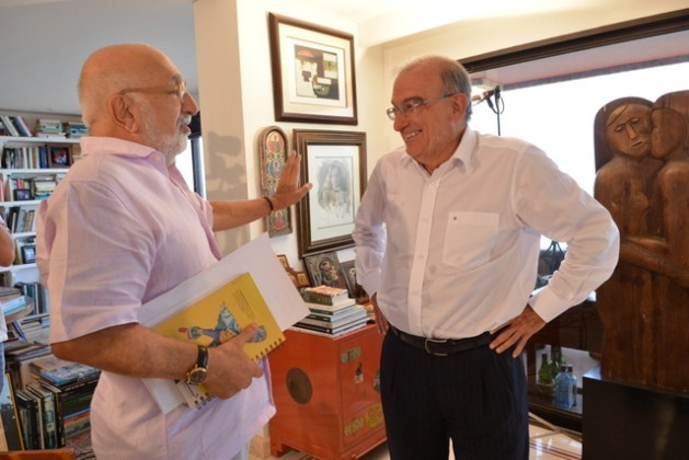 Journalist Juan Gossaín (left) and the Colombian government's chief negotiator Humberto de la Calle in the latter's apartment in Cartagena de Indias, during an interview about the peace talks with the FARC. Credit: Omar Nieto/Prensa de Presidencia de Colombia