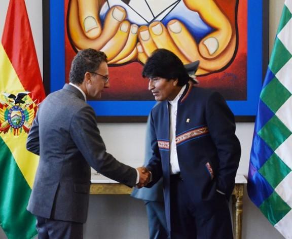 Bolivian President Evo Morales (right) shakes hands with UNODC Representative Antonino De Leo at the launch of the latest Bolivia Coca Survey. Credit: Jose Lirauze/ABI