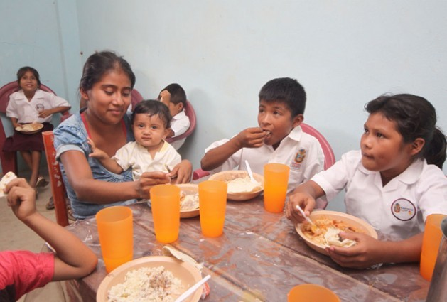A mother eats lunch with her children in a rural Mexican school, as part of one of the programmes that fall under the umbrella of the Crusade Against Hunger. Credit: Government o Mexico