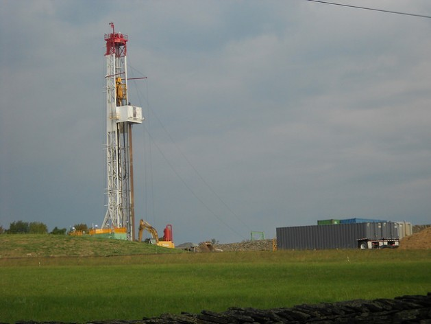 Experts predict that in the long term, shale gas production will not be sustainable in the United States. The photo shows a shale gas well in Montrose, in the U.S. state of Pennsylvania. Credit: Emilio Godoy/IPS
