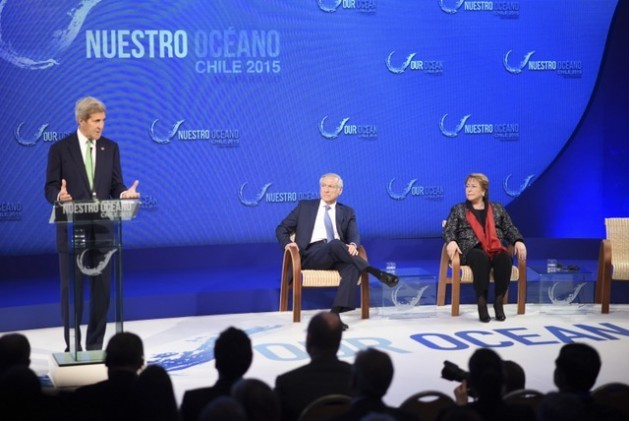 U.S. Secretary of State John Kerry addressing the second international Our Ocean conference, held in the Chilean port of Valparaíso. Sitting next to him are Chilean Foreign Minister Heraldo Muñoz and President Michelle Bachelet. Credit: Foreign Ministry of Chile