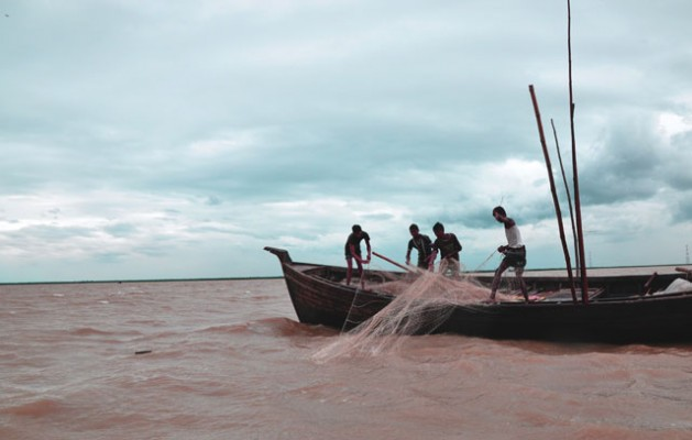 Fishermen are catching hilsa on the estuary of Mehgna River in Patuakhali. Credit: Rafiqul Islam/IPS