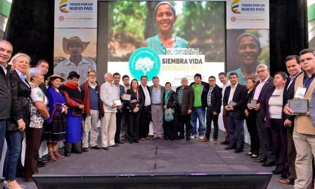 Social actors and government representatives sign a social and political pact for reparations and peace in Colombia on Apr. 11, the National Day of Remembrance and Solidarity with the Victims of the Conflict. Credit: UARIV