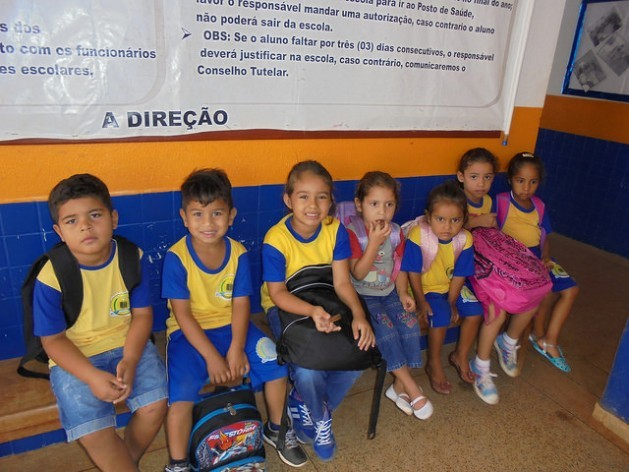 Students from the school in Vila Nova Teotônio, that now has half the students it used to have, wait for the bus that takes them to their nearby homes, or – in the case of those who live on the other side of the Madeira River – for the boat that crosses the Santo Antônio dam in the municipality of Porto Velho, in northwestern Brazil. Credit: Mario Osava/IPS