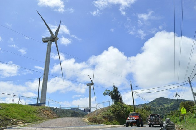 In Costa Rica, seven percent of the electricity generated now comes from wind power, thanks to wind farms like this one in the mountains of La Paz y Casamata, 50 km from San José. The decarbonisation of energy sources is a commitment that most Latin American countries have assumed. Credit: Diego Arguedas Ortiz/IPS