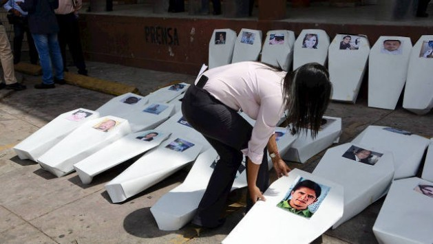 Reporters in Tegucigalpa staged a demonstration in April this year with coffins outside the office of the public prosecutor, to protest the murders of media workers in Honduras in the last decade. Credit: Courtesy of Proceso Digital for IPS