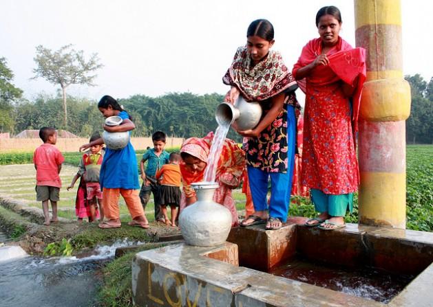 Women collecting water from a deep tube well in Chapainawabganj, Bangladesh. Credit: A.S.M. Shafiqur Rahman/IPS
