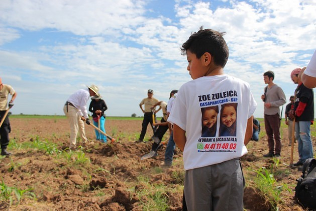 Eight-year-old Juan de Dios Torres, whose five-year-old sister Zoe Zuleica Torres went missing in December 2016 on the outskirts of the northeastern city of San Luis Potosí, participates along with his mother in the brigade searching for the remains of missing people in the northwestern state of Sinaloa. Credit: Marcos Vizcarra/IPS