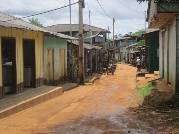 The main street of Ressaca, a town of garimpeiros or artisanal gold miners, on the right bank of the Xingu River, along the stretch called the Volta Grande or Big Bend, where a large-scale mining project, promoted by the Canadian company Belo Sun, is causing concern among the local people in this part of Brazil's Amazon region. Credit: Mario Osava/IPS