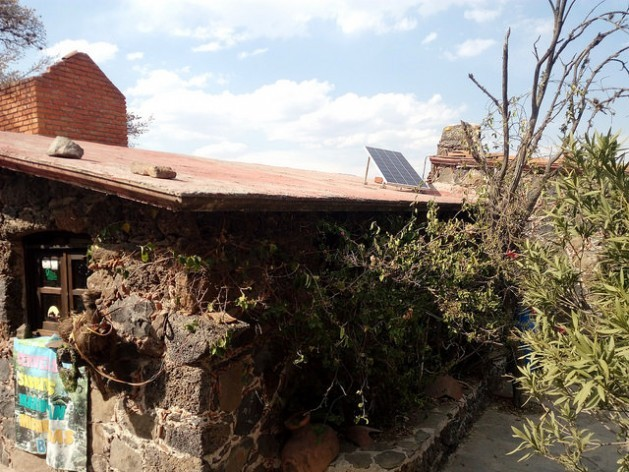 A house with a solar panel in the municipality of Tula, in Hidalgo, a state adjacent to Mexico City. Non-conventional renewable sources are considered an instrument to combat energy poverty. Credit: Emilio Godoy/IPS