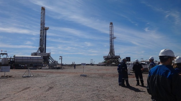 Two drilling rigs in the Loma Campana deposit, in Vaca Muerta, in the Neuquén Basin, in south-west Argentina. Credit: Fabiana Frayssinet/IPS