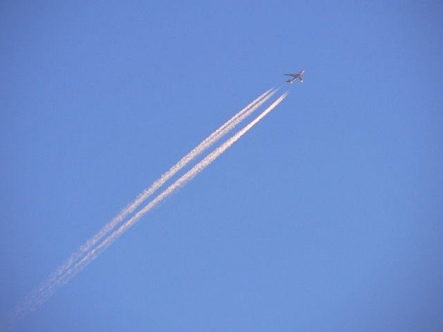 JAL747-400 bound for Tokyo leaves a contrail at dusk. Credit: CC BY-SA 2.5