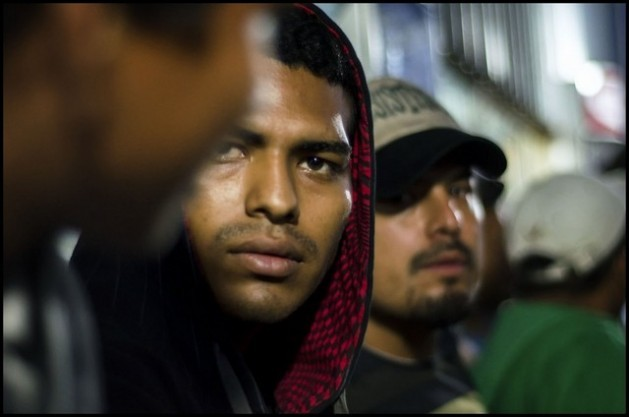 """Migrants with tired faces laden with the hardships of the hazardous journey from Central America to the United States rest in a shelter in Mexico, which many reach after being cheated by """"coyotes"""" out of everything they had. Credit: Ximena Natera/ Pie de Página"""