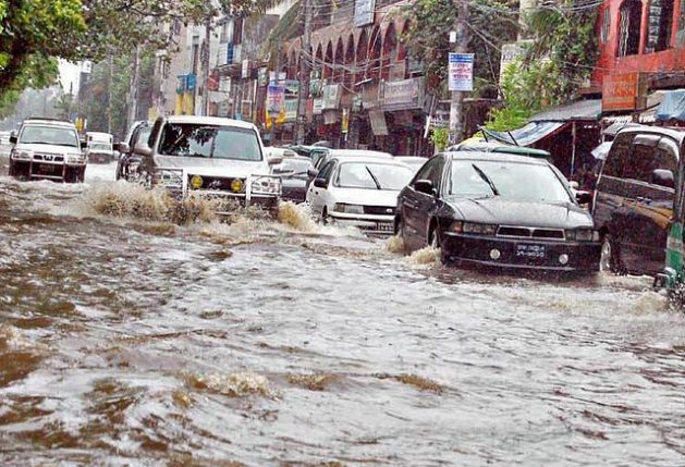 """Create """"sponge cities"""" to tackle worsening floods - Downpours flood the streets of Dhaka. Credit: Farid Ahmed/ IPS"""