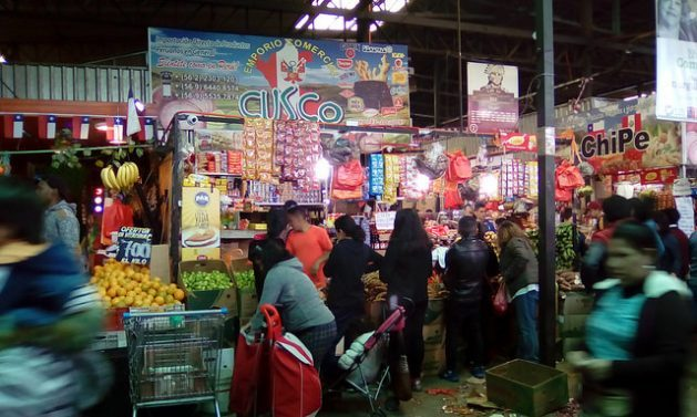 In Vega Central, the biggest fruit and vegetable market in Santiago, the stands of Peruvian migrants, 300,000 of whom live in Chile, offer typical produce and meals from that country. Credit: Orlando Milesi/IPS