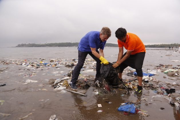 Erik Solheim participates in the largest beach clean-up in history at Versova Beach Clean-Up in Mumbai, India, in October 2016. Photo courtesy of UNEP