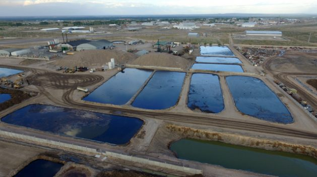 The Comarsa oil waste deposit in the southwestern province of Neuquén, in Argentina, parked a social conflict due to the environmental impact, which led to a promise that it would be shut down. The one planned for the municipality of Catriel, in the neighbouring province of Río Negro, would be almost 20 times larger. Credit: Fabián Ceballos / Oil Observatory of the South