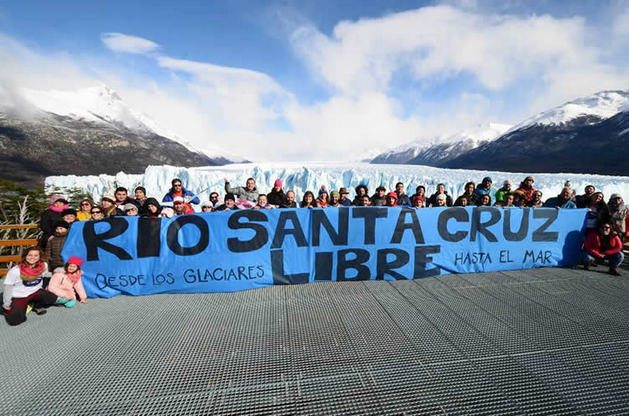 Demonstrators protest the construction of two mega hydroelectric power plants on the Santa Cruz River in Argentine Patagonia, with Chinese investment of five billion dollars. Despite concerns about environmental impacts, the government of Mauricio Macri decided to go ahead with the projects. Credit: Courtesy of FARN