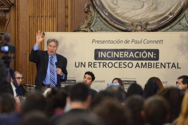 """British chemist Paul Connett gives a lecture at the Buenos Aires city legislature, where he questioned waste incineration and spoke out in favour of a circular economy, through which the """"zero waste"""" goal would be achieved. Credit: Greenpeace Argentina"""