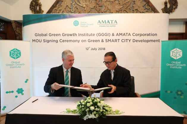 MoU signing – Frank Rijsberman, GGGI's Director-General and Mr. Vikrom Kromadit, CEO of AMATA Corporation PCL