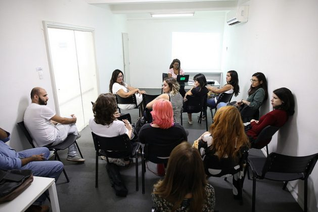 The first meeting of women media workers from Mídia Ninja, at the organisation's headquarters in downtown Rio de Janeiro. Driáde Aguiar (front), coordinator of the initiative to help women candidates in their campaigns in Brazil's October elections. Credit:: Gonzalo Gaudenzi/IPS