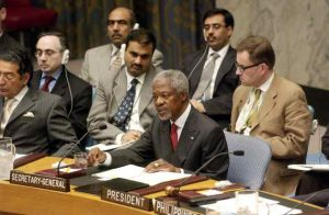 Secretary-General Kofi Annan (centre) addresses a Security [...] <a class=