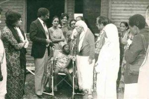 Mother Teresa at Mji wa Huruma Elders&#039; Home when she [...] <a class=