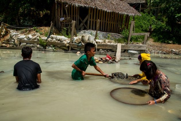 Children pan for gold along the Bosigon River in Malaya, Camarines Norte, the Philippines. © 2015 Mark Z. Saludes for Human Rights Watch