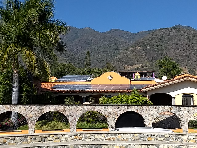 Low oil prices threaten to slow down the energy transition in Latin America, although renewable energies already compete with the costs of fossil fuels, agreed experts at the 29th La Jolla Energy Conference, organised online by the Institute of the Americas. The photo shows solar panels on a house in Ajijic, in the western Mexican state of Jalisco. CREDIT: Emilio Godoy/IPS